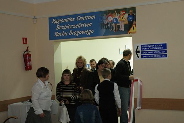 Grupa osób w korytarzu wejściowym do Regionalnego Centrum BRD w Ciechanowie
