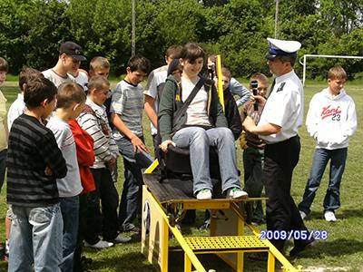 Grupa młodzieży obserwująca symulator zderzeń. Centrum BRD w Siedlcach